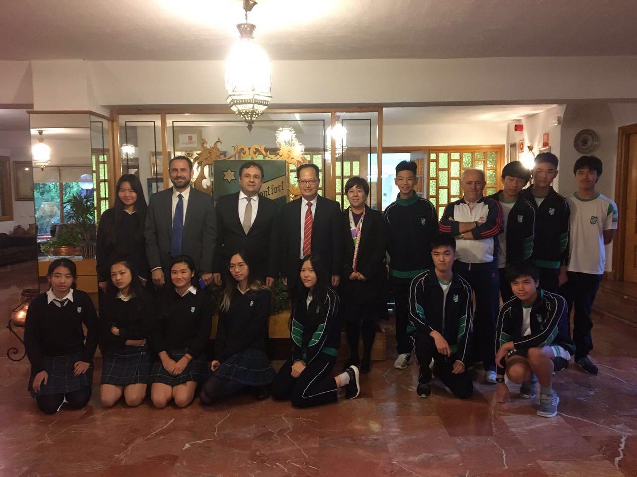 斗牛西语陪同苏外领导参观西班牙学校